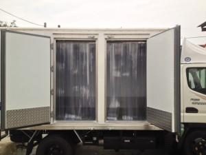 Lateral door freezing door curtain